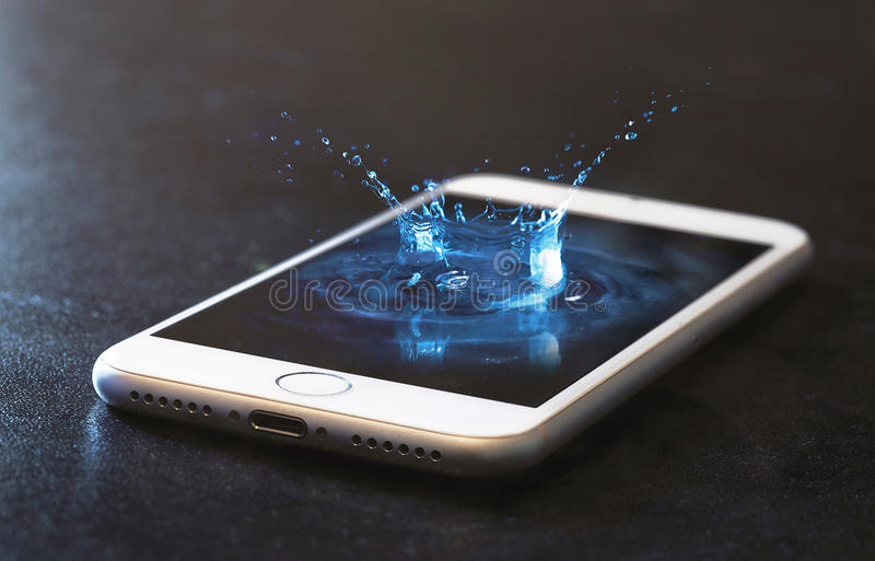 Chapoteo del teléfono celular y del agua imágenes de archivo libres de regalías