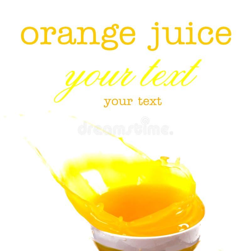 Chapoteo del zumo de naranja jugoso fresco y del aislante anaranjado de las rebanadas imagen de archivo libre de regalías