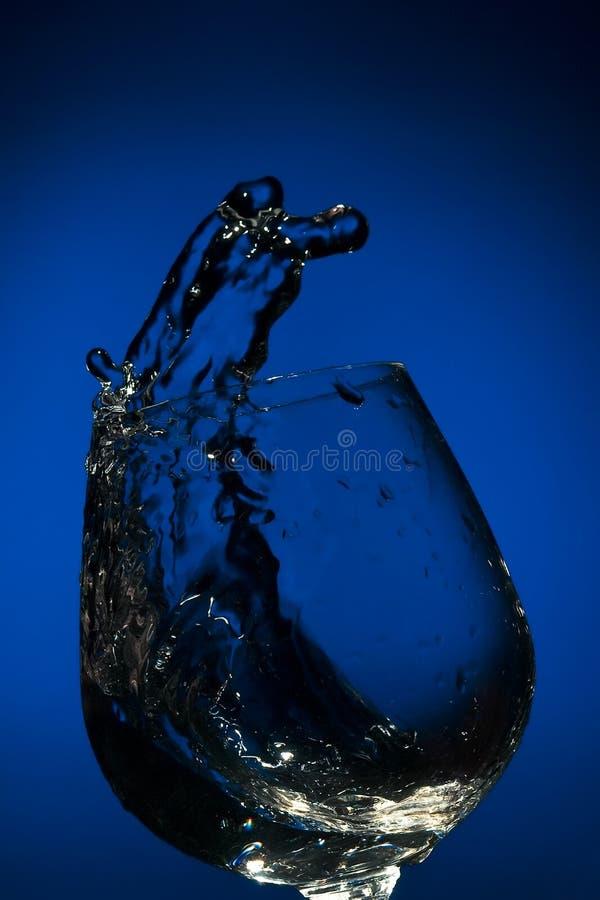 Chapoteo grande del líquido en un vidrio