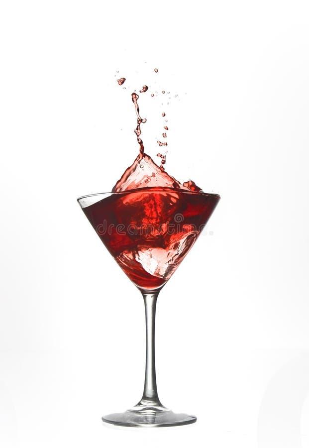 Chapoteo rojo de la bebida del coctel imagenes de archivo