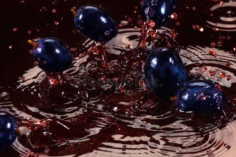 Download Chapoteo Rojo Del Jugo O Del Vino Con El Primer De La Baya De La Uva Foto de archivo - Imagen de jugoso, maduro: 100529322