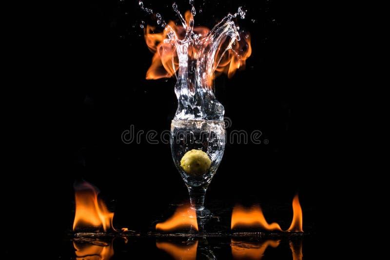 Chapoteo y fuego fotos de archivo