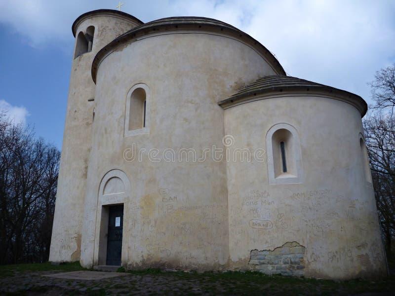 Chappel de St George en haut de déchirure de montagne dans la République Tchèque images libres de droits