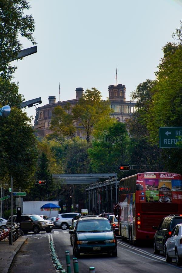 Chapultepec-Schloss gesehen von den Stadtstraßen lizenzfreie stockfotos