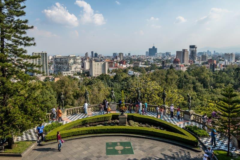 Chapultepec-Schloss-Terrassen-Garten-Ansicht mit Stadtskylinen - Mexiko City, Mexiko stockfotos