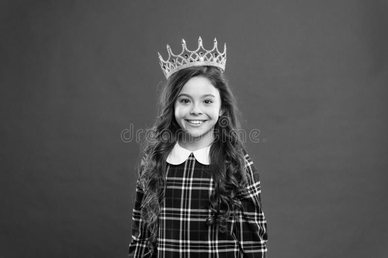 Chaque fille r?vant de devenir princesse Petite princesse de Madame Fond rouge de couronne d'usage de fille Concept de la famille photo libre de droits