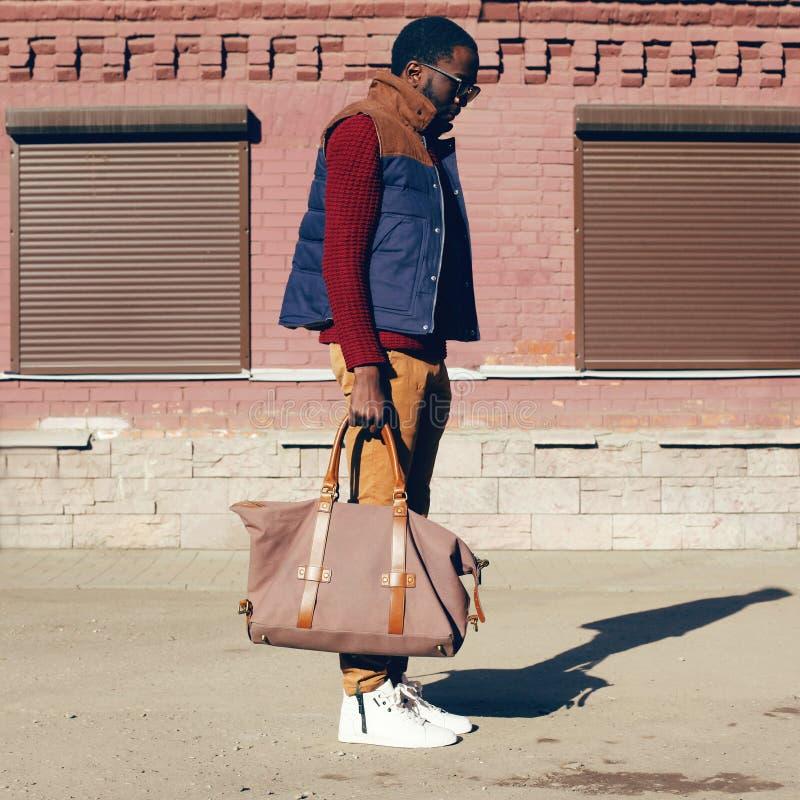Chaqueta africana elegante del chaleco del hombre joven del concepto de la mirada de la moda de la calle que lleva, suéter, bolso fotos de archivo libres de regalías