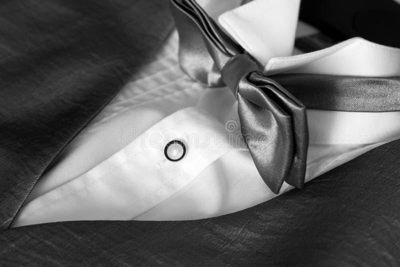 Chaqueta con una camisa y una pajarita blancas foto de archivo libre de regalías
