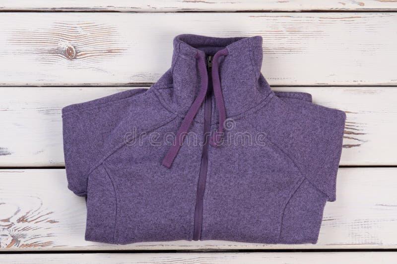 Chaqueta de chándal púrpura doblada foto de archivo