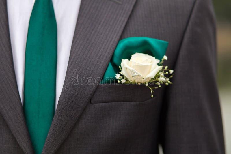 Chaqueta del novio con el lazo verde imagenes de archivo
