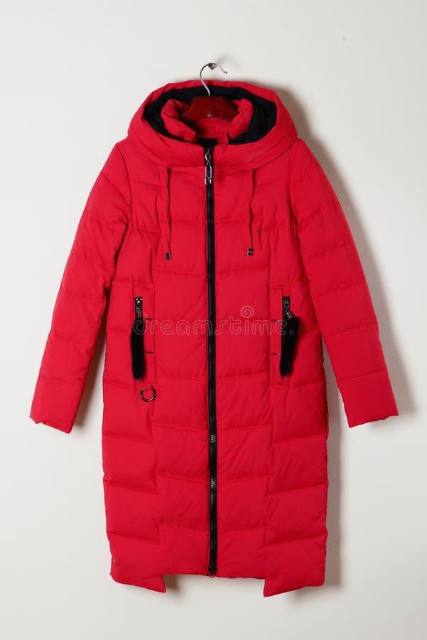 Chaqueta femenina roja del invierno con una capilla sin la piel, con una cremallera outerwear fotografía de archivo libre de regalías