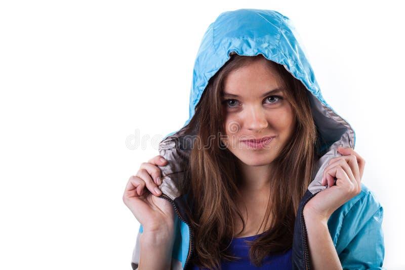 Chaqueta que lleva de la muchacha encantadora con la capilla encendido imágenes de archivo libres de regalías