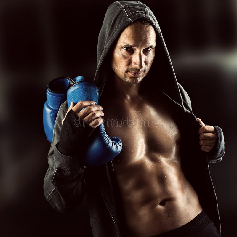 Chaqueta que lleva del boxeador muscular serio del hombre con la capilla imagenes de archivo