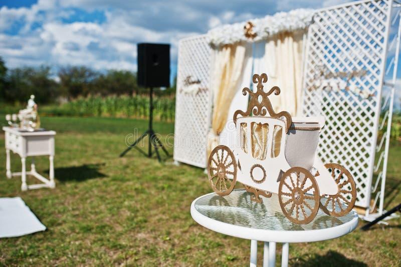 Char décoratif d'or sur le mariage de fond de cérémonie de mariage photographie stock