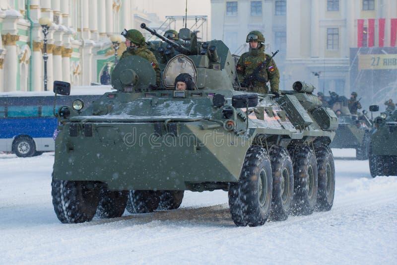 Char d'assaut de BTR-82A avec le plan rapproché de soldats photographie stock libre de droits