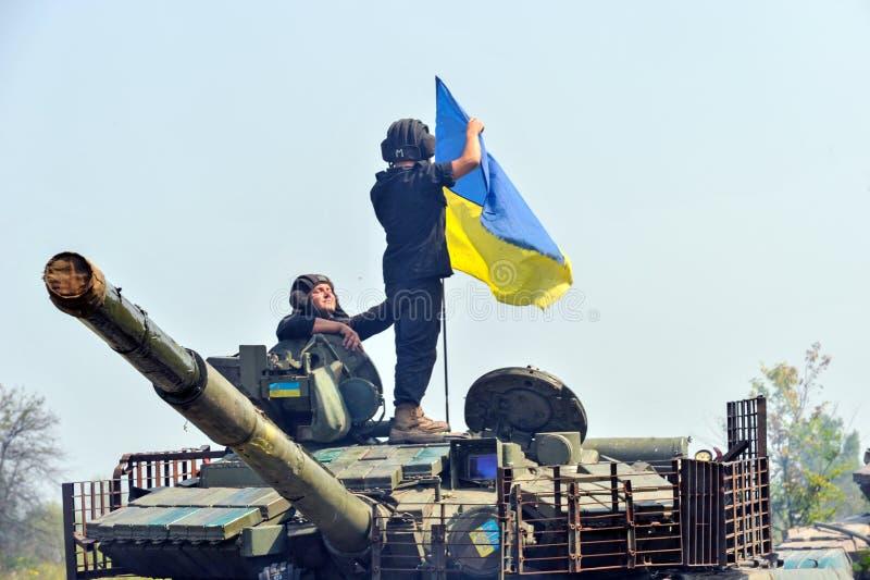 Char de bataille sous le drapeau ukrainien photo stock