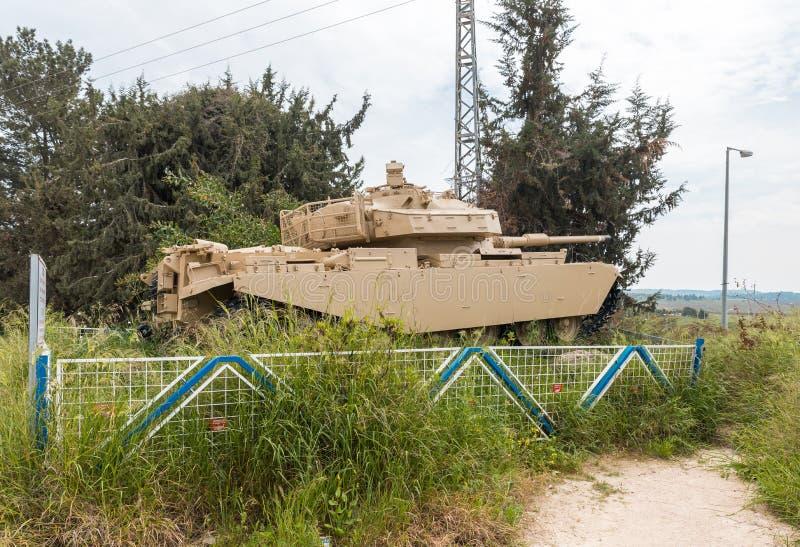 Char de combat sur un piédestal devant le site commémoratif près du musée blindé de corps dans Latrun, Israël images libres de droits
