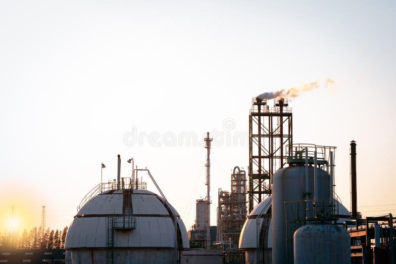 Char de stockage de gaz Sphere et usine pétrochimique de cheminée photographie stock