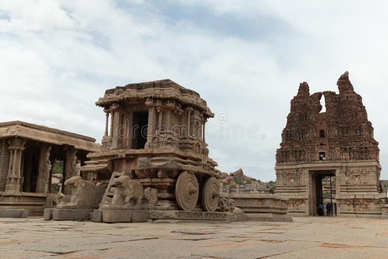 Char en pierre dans la cour du temple de Vittala dans Hampi, Karnataka, Inde image stock