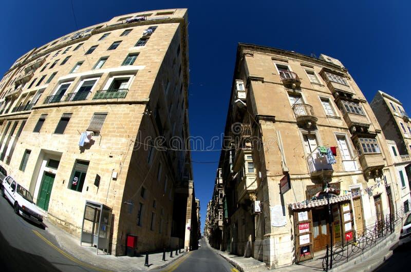Charakteristische Stein-gemachte Häuser mit blauem Himmel in Valletta, Malta stockfotos