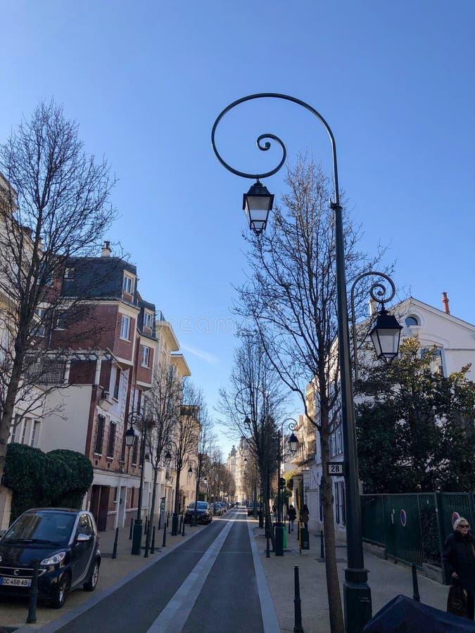 Charakteristische Straße in der Nachbarschaft 16° von Paris stockbild