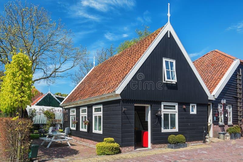 Charakteristisches Haus im Dorf De Woude lizenzfreies stockbild