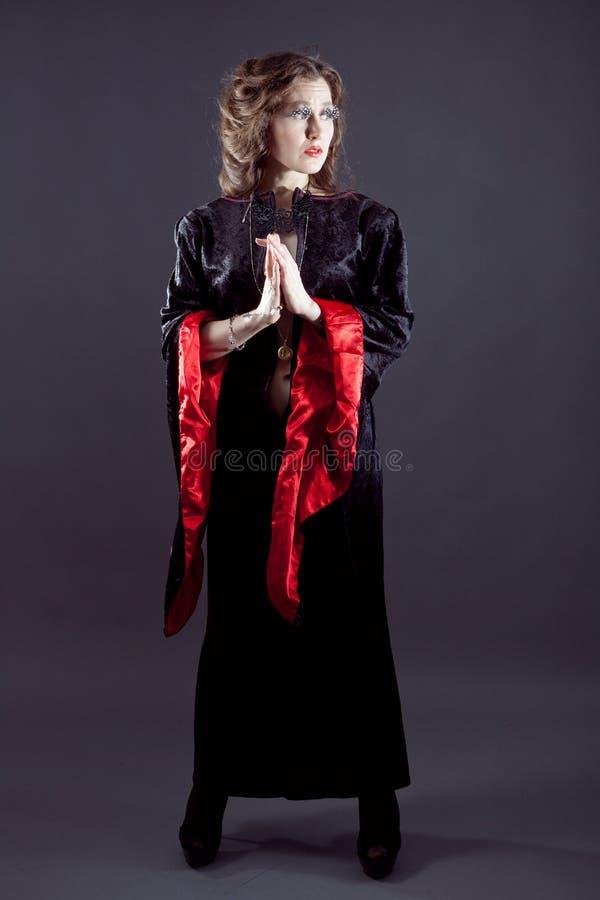 Junge Frauen im schwarzen langen Kleid stockfoto
