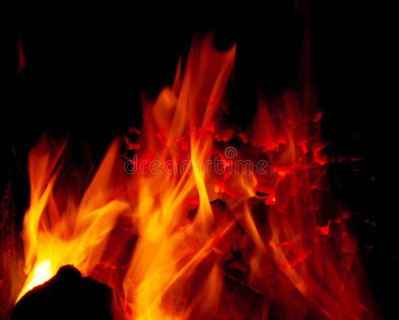 Charbon brûlant dans un four photographie stock libre de droits
