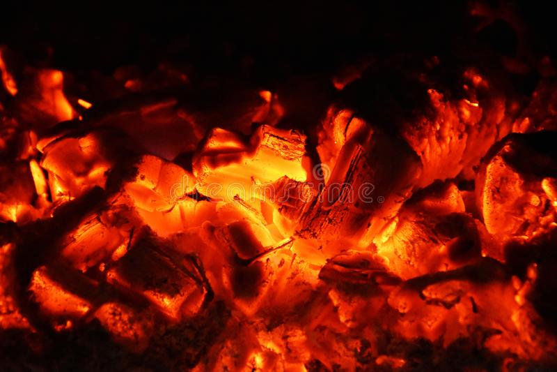 Charbon brûlant en bois, l'atmosphère incandescente, la chaleur photos stock