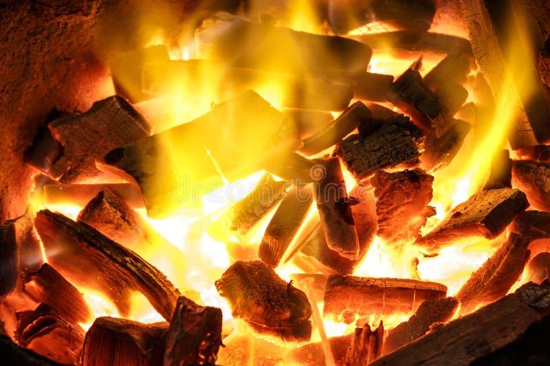 Charbon de bois brûlant à l'arrière-plan photos stock