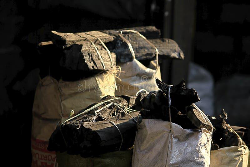 Charbon de bois prêt à être vendu sous le nom de fue photos stock