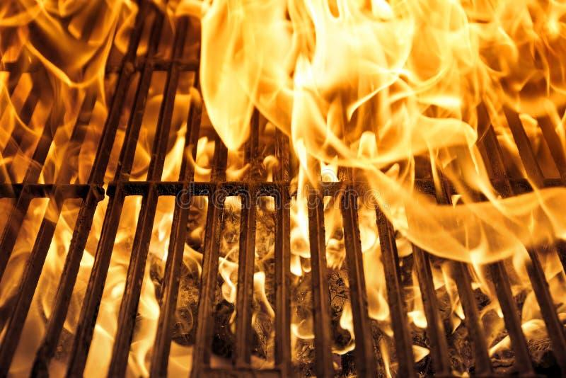 Charbon rougeoyant dans le gril de BBQ photo libre de droits