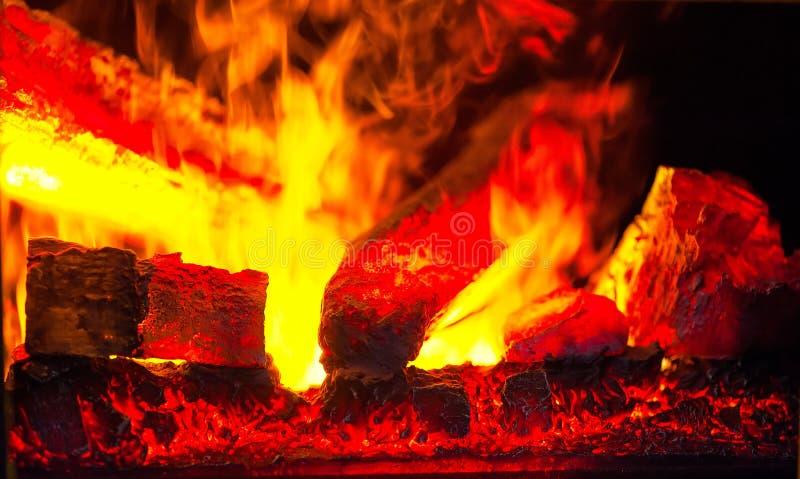 Charbons d'un rouge ardent dans le feu photographie stock
