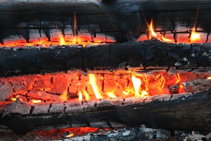 Charbons de combustion lente brûlants noirs et le feu orange photo stock