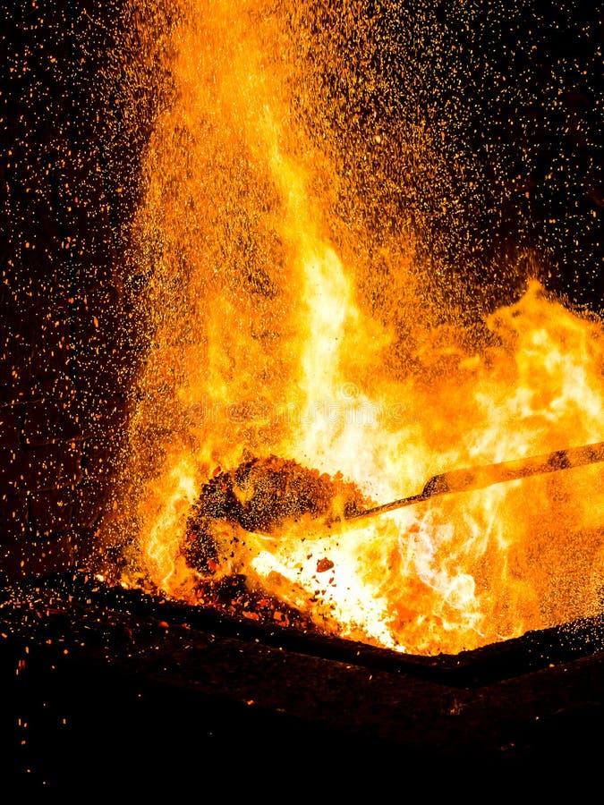 Charbons de forgerons brûlant pour le travail de fer, - le feu de forgeron, d'un rouge ardent, vertical photos stock