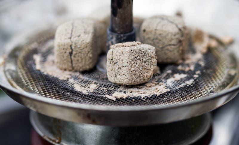 Charbons de narguilé dans une tasse en acier Charbon de combustion lente dans un plan rapproché de narguilé Narguil? de fum?e images libres de droits