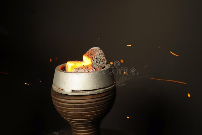 Charbons pour le plan rapproché de narguilé Charbons brûlants sur une cuvette de narguilé lifestyle image libre de droits