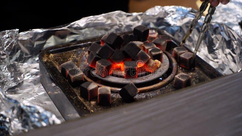 Charbons rouges brûlants pour le narguilé, de chauffage sur le radiateur électrique images stock