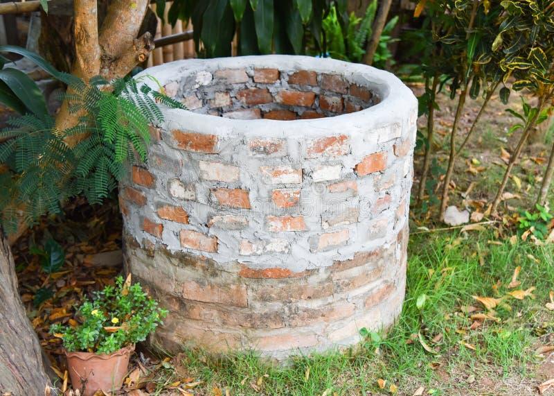 Charca artesiana o de agua antigua foto de archivo libre de regalías