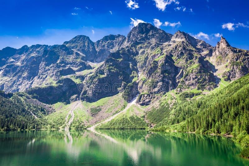 Charca azul hermosa en las montañas en la salida del sol, Polonia fotos de archivo libres de regalías