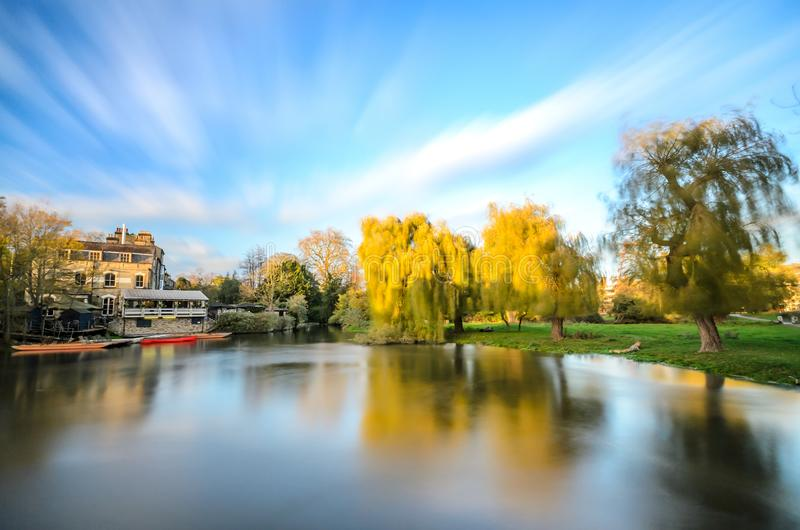 Charca cerca de la leva del río en Cambridge imagenes de archivo