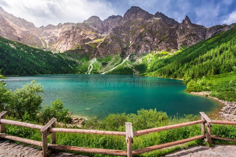 Charca cristalina en el medio de las montañas foto de archivo libre de regalías