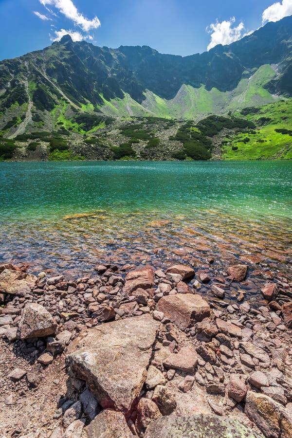 Charca cristalina en las montañas imagen de archivo