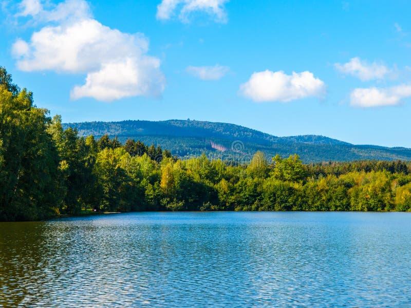 Charca de Babilonia y montaña de Cerchov en el bosque bohemio, República Checa imagen de archivo
