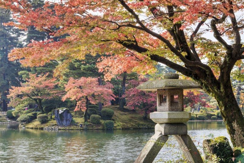 Charca de Kasumiga-ike en el jardín de Kenrokuen en Kanazawa fotos de archivo libres de regalías