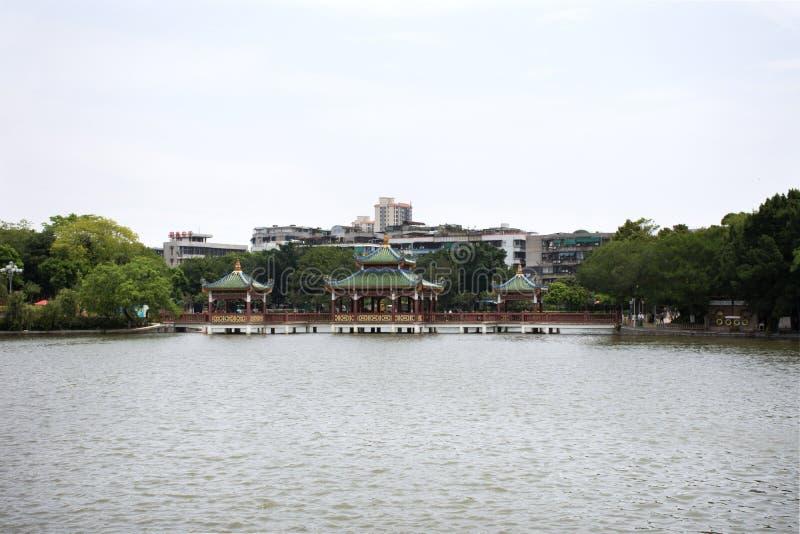 Charca del paisaje y de agua de la visión del jardín en el parque público de Zhongshan en el centro de la ciudad de Shantou o la  fotografía de archivo
