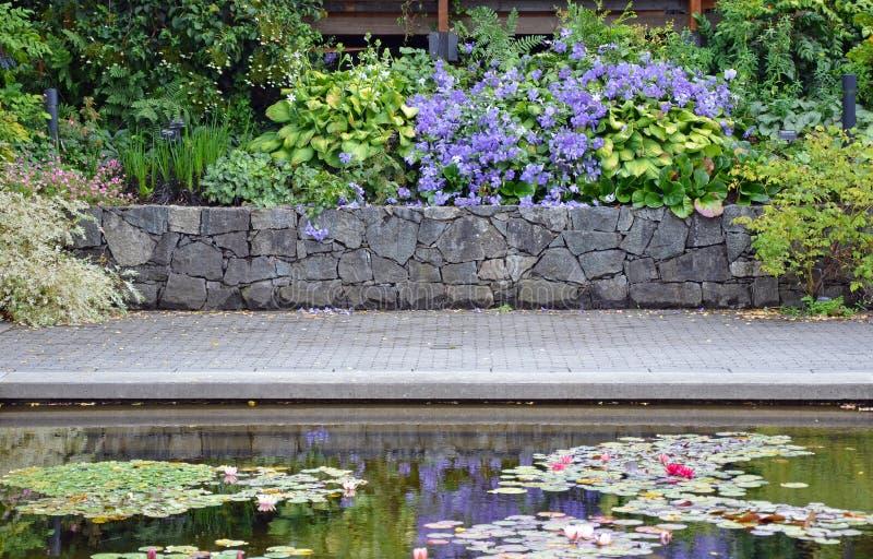 Charca del patio del jardín del verano imagenes de archivo