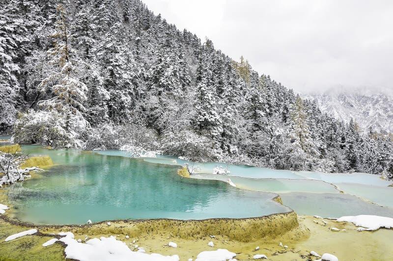 Charca del verde azul en la montaña nevosa imágenes de archivo libres de regalías