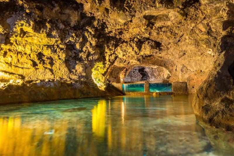 Charca en las cuevas de Vicente Volcanic del sao, isla de Madeira, Portugal fotos de archivo