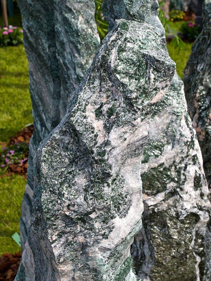 Charca hermosa de la cascada del granito del jardín fotos de archivo libres de regalías
